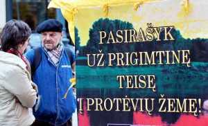 Przeciwnicy sprzedaży ziemi obcokrajowcom zbierają podpisy pod inicjatywą referendalną w tej sprawie<br/>Fot. Marian Paluszkiewicz