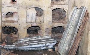 Wewnątrz, pośrodku kaplicy, rzucona była ocynkowana trumna wyciągnięta z niszy, druga stała oparta o ścianę Fot. Marian Paluszkiewicz