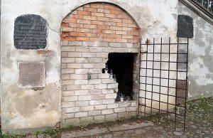 Po przybyciu dziennikarzy na miejsce okazało się, że kłódka od krat była złamana, kraty otwarte Fot. Marian Paluszkiewicz
