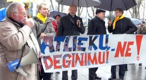 Pikietujący przeciwstawili się planom budowy w Wilnie zakładu spalania odpadów  Fot. Marian Paluszkiewicz