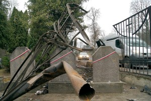 Taksówka staranowała ogrodzenie Cmentarza na Rossie wyrządzając duże szkody Fot. Marian Paluszkiewicz
