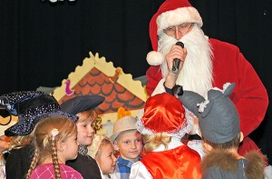 Na Festiwal zawitał też św. Mikołaj z prezentami  Fot. Marian Paluszkiewicz