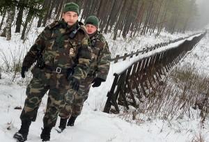 Starszy lejtnant Vismundas Vicinskas (pierwszy na zdjęciu) niejednokrotnie w ciągu swojej ponad 20-letniej pracy spędzał dni świąteczne na patrolowaniu granicy Fot. Marian Paluszkiewicz