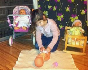 Dziewczynki lubią lalki, które robią wszystko to, co robi prawdziwe dziecko           Fot. autorka