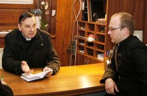 Ks. proboszcz Edvardas Rydzikas (od lewej) oraz wikary ks. Andrzej Byliński  Fot. Marian Paluszkiewicz