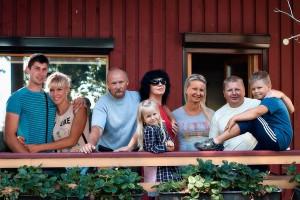 Prawie cała rodzina w komplecie – od lewa — syn Rafał z żoną, w centrum – Leokadia i Leon, córka Agnieszka z mężem i dziećmi – Sewerynem, Faustyną. Nie ma tylko niedawno urodzonego Selestyna Fot. Leon Szałkowski