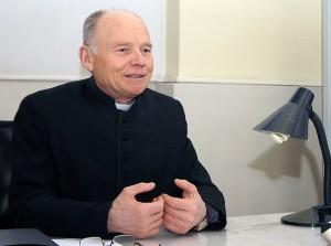 Ks. proboszcz Stasys Puidokas pozytywnie ocenia swoich wiernych Fot Marian Paluszkiewicz