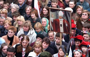Ciężką żałobą okrył się cały Kościół Katolicki. Wydarzenie to głęboko poruszyło kościoły wielu innych religii i nawet ludzi niewierzących         Fot. Marian Paluszkiewicz