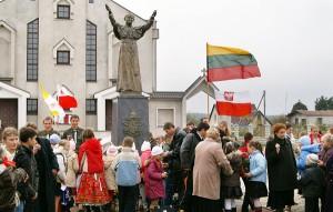 Mijały lata, w ciągu których nieustannie świat modlił się za Niego i do Niego Fot. Marian Paluszkiewicz