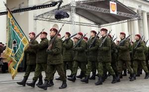 Żołnierze Armii Ochotniczej należą do rodzaju wojsk piechoty, a ich uzbrojenie stanowi głównie broń palna – karabiny maszynowe i kulomioty Fot. Marian Paluszkiewicz