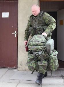 Prawie 30-kilogramowy plecak ochotnika zawiera ekwipunek, który pozwoli mu przeżyć co najmniej 3 dni nawet w najsurowszych warunkach Fot. Marian Paluszkiewicz
