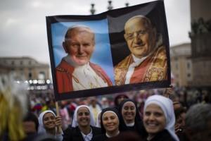Zakonnice z portretami kanonizowanych papieży na placu Św. Piotra w Rzymie Fot. archiwum