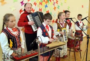 Uczestnicy konkursu mieli także okazję wysłuchania i obejrzenia całego dorobku uczniów ze Szkoły Podstawowej w Kolonii Wileńskiej<br/>Fot. Marian Paluszkiewicz