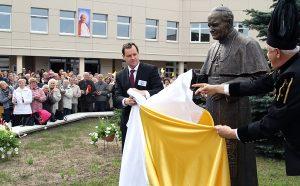 Pomnik Jana Pawła II wspólnie odsłonili Waldemar Tomaszewski i Kazimierz Grajcarek  Fot. Marian Paluszkiewicz