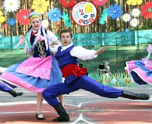 Za pośrednictwem tańca, piosenki uczestnicy okazują miłość do ziemi przodków Fot. Marian Paluszkiewicz