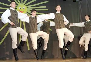 """Porywający taniec """"Džigunas"""" w wykonaniu chłopaków ze starszej grupy """"Świtezianki"""" Fot. Marian Paluszkiewicz"""