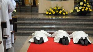 Chwila modlitwy przed święceniami<br/>Fot. Olga Czepukojć