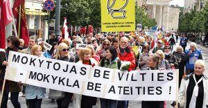 Nauczyciele przemaszerowali od katedry do siedziby rządu Fot. Marian Paluszkiewicz