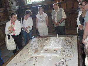 Poeci i goście przy planie dawnych dóbr w Iłgowie     Fot. Aleksander Lewicki