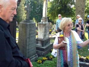 ani Barbara Młynarska-Ahrens przy rodzinnych pomnikach Fot. Aleksander Lewicki