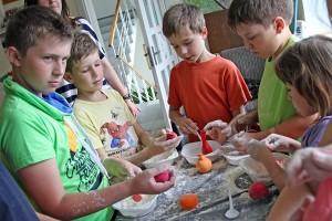 Tu dzieciaki napełniają mąką balony, żeby nie pękały, które potem posłużą do dekoracji Fot. Marian Paluszkiewicz