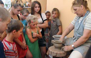 Margaryta Czekolis umie w mgnieniu oka tworzyć ceramiczne cuda  Fot. Marian Paluszkiewicz