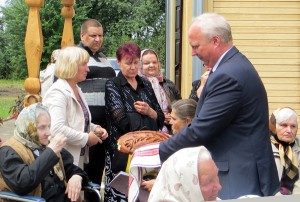 Wicemer Andrzej Andruszkiewicz podzielił się chlebem z mieszkańcami Gaju Fot.Anna Pieszko