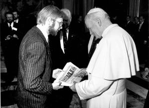 """Na starcie """"Znad Wilii"""" redaktor pisma miał szczęście rozmawiać z Ojcem Świętym. Watykan, 1990  Fot. archiwum"""