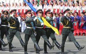 Główną ulicą ukraińskiej stolicy — Krieszczatnikiem — przedefilowały wszystkie rodzaje wojsk wraz ze sprzętem Fot. EPA-ELTA