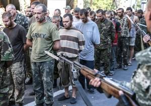 Prorosyjscy separatyści w Doniecku zmusili do przemaszerowania kilkudziesięciu ukraińskich jeńców Fot. EPA-ELTA