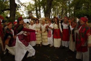 Tańce uroczych dziewcząt w strojach ludowych przy stoisku z Ławaryszek Fot. Brygita Łapszewicz