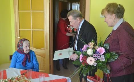 Szanownej Jubilatce z okazji 100-tnych urodzin swoje gratulacje i życzenia złożyli przedstawiciele Administracji Samorządu Rejonu Wileńskiego<br>Fot. Jan Lewicki