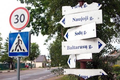 Według obowiązującej regulacji prawnej właściwą nazwą ulicy jest nazwa na tablicy umieszczonej na wolno stojącym słupie na początku, w punkcie pośrednim (skrzyżowaniu) i na końcu ulicy Fot. Marian Paluszkiewicz