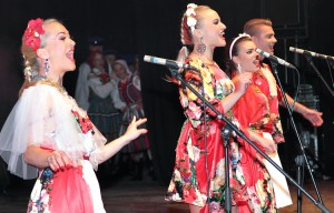 """Żywy, energiczny białoruski zespół pop-folkowego """"Lalki Corporation"""" Fot. Marian Paluszkiewicz"""