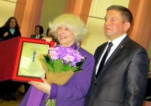 Mer Zdzisław Palewicz prosił Barbarę Wachowicz o dalsze utrwalanie śladów pamięci na ziemi solecznickiej Fot. Anna Pieszko