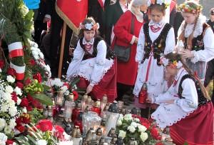 Uczniowie szkół polskich na Litwie złożyli wieńce na płycie Marszałka Fot. Marian Paluszkiewicz