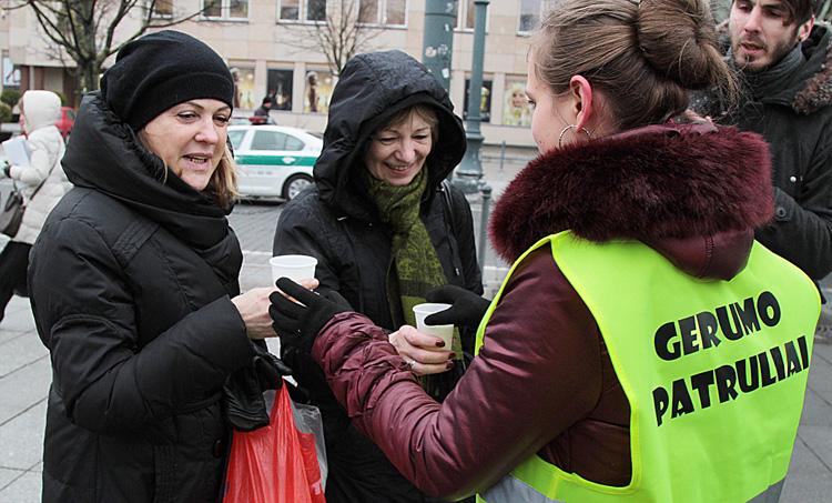 """""""Patrole dobroci"""" w ramach kampanii """"16 dni bez przemocy"""" częstowały gorącą herbatą i rozdawały ulotki  Fot. Marian Paluszkiewicz"""