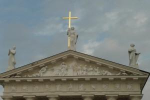 Na szczycie katedry umieszczono trzech świętych — św. Kazimierza, św. Stanisława i św. Helenę, patronów Litwy, Polski i Rusi Fot. Justyna Giedrojć