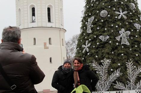 Wileński Plac Katedralny już ozdabia 25-metrowe bożonarodzeniowe drzewko  Fot. Marian Paluszkiewicz