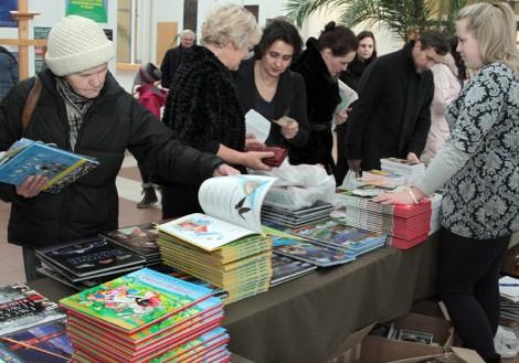 Książki dla dzieci, albumy, słowniki, kalendarze, płyty – było z czego wybierać Fot. Marian Paluszkiewicz