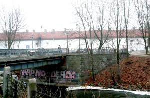 """Mostek przez Wilenkę, o którym poeta napisał: """"A most się zrobił szafirowy,/ z szafirowego srebrny, potem/ szkarłatem okrył się i złotem/ i tak już został"""" Fot. Justyna Giedrojć"""