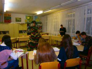 Nad zadaniami uczniowie pracują w klasie parami
