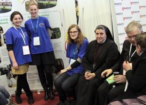 Dyrektor Hospicjum s. Michela i jej młodzi pomocnicy – wolontariusze Fot. Marian Paluszkiewicz
