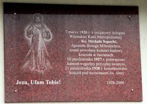 Tablica pamiątkowa na ścianie kościoła w Jaszunach Fot. Marian Paluszkiewicz