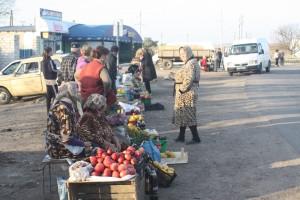 W Kiszyniowie częstym zjawiskiem są kioski ze wszelakim towarem, bazary lub po prostu przy poszczególnych ulicach handlujący ludzie Fot. Waldemar Szełkowski