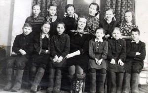 Członkowie kółka plastycznego na Igarce. Rok 1951. W centrum nauczycielka Mirza Kangars. Pierwszy od prawej Piotr Ibiański Fot. z archiwum