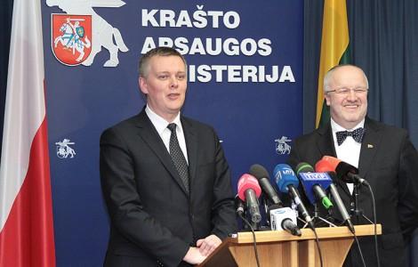"""""""Z całą odpowiedzialnością mogę dzisiaj powiedzieć, że Litwa jest jednym z najbliższych naszych partnerów w NATO"""" — powiedział Tomasz Siemoniak (pierwszy od lewej), szef resortu obrony Polski Fot. Marian Paluszkiewicz"""