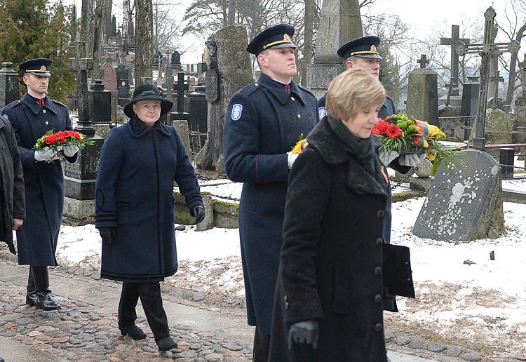 Złożenie wieńca na grobie patriarchy litewskiej niepodległości Jonasa Basanavičiusa jest jedną z najważniejszych ceremonii państwowych obchodów święta  Fot. lrp.lt