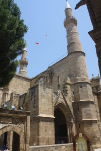 Obrazą Grekom jest codzienne podnoszenie flagi Północnego Cypru w drugiej części Nikozji oraz zamiana świątyń chrześcijańskich na meczety Fot. Waldemar Szełkowski