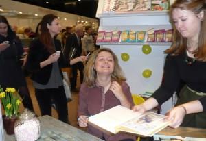 Prowadząca programu kulinarnego Beata Nicholson prezentuje kolejną książkę z przepisami Fot. Justyna Giedrojć